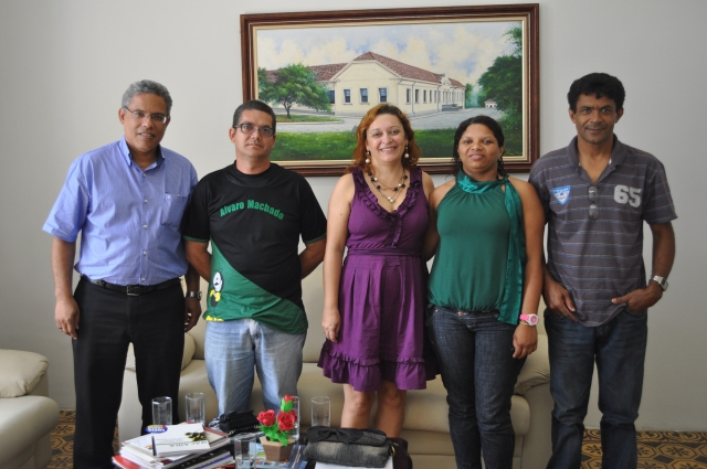 Da direita para a esquerda: Prof. Djail Santos (Diretor do CCA), José Batista da Silva (Representante dos Estudantes), Profa. Roseli Ribeiro (Secretária de Educação da PMA), Proa. Maria das Dores, Prof. Rivaldo Barbosa da Silva (Diretor da Escola Madre Trautelinde)
